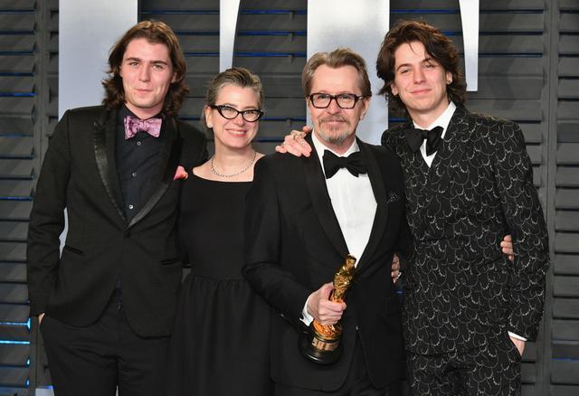 画像: 左から:ゲイリーの長男ガリバー、現在の妻ジゼル・シュミット、ゲイリー、次男のチャーリー。
