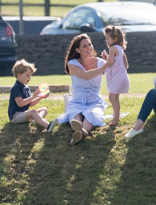 画像: 2018年にウィリアム王子が出場したポロの試合をジョージ王子&シャーロット王女と一緒に見学に訪れたキャサリン妃。