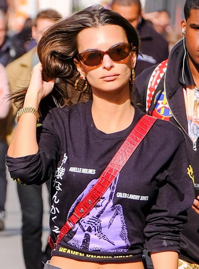 画像3: エミリー・ラタコウスキー、日本語で「暴言」が書かれた服でNYの街に降臨