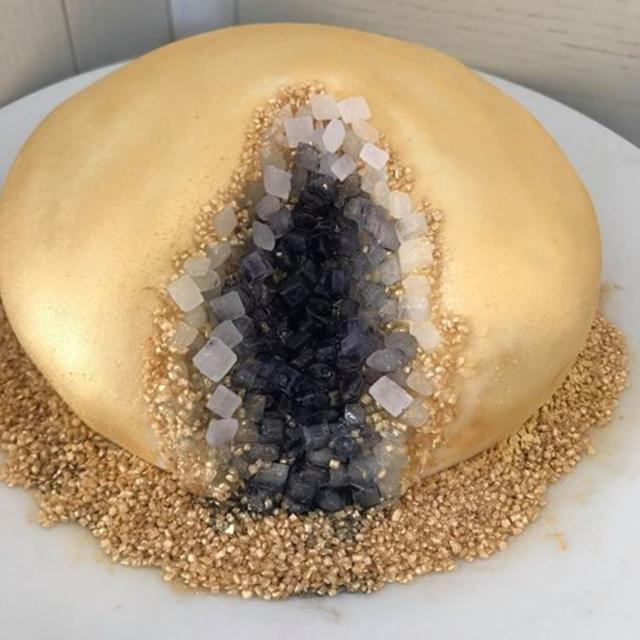 画像: ケイトが公開した「女性のアソコ」にしか見えないジオード・ケーキ。©Kate Kirven/ facebook www.facebook.com