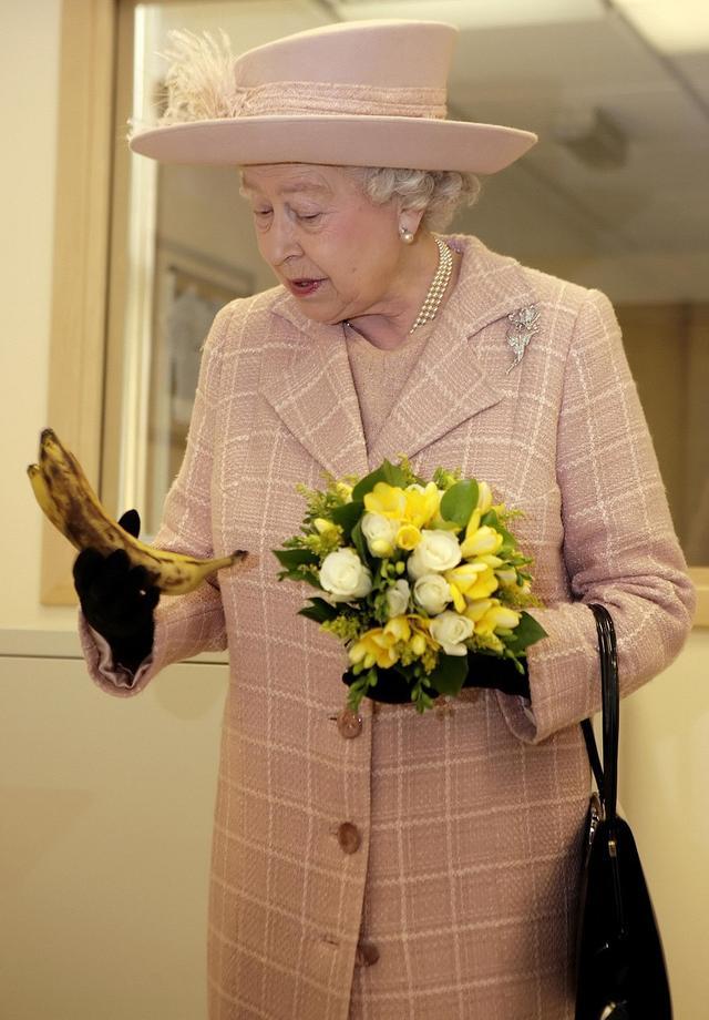 画像: エリザベス女王の「バナナの食べ方」がやっぱり庶民とは違う