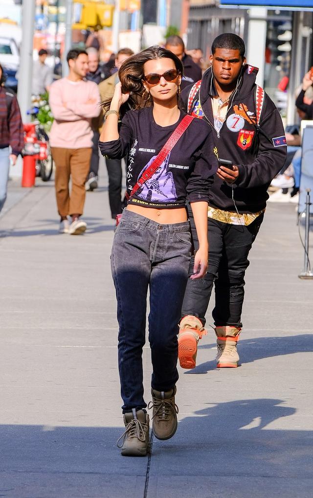 画像1: エミリー・ラタコウスキー、日本語で「暴言」が書かれた服でNYの街に降臨