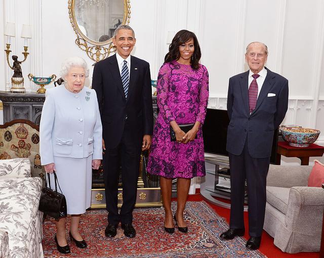 画像: 2016年にウィンザー城でエリザベス女王主催のランチに参加したオバマ夫妻。写真右端はフィリップ殿下。ちなみにこの時が初対面というわけではなく、大統領在任中にも何度か対面を果たしている。