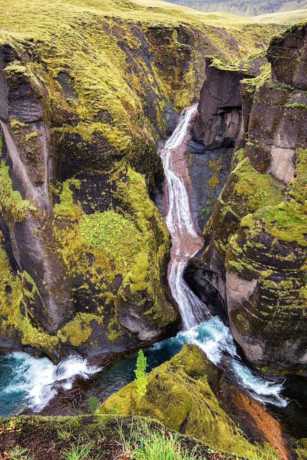 画像: フャズラオルグリューブル渓谷(Fjaðrárgljúfur)。ジャスティンの影響で注目度が増したため、「ビーバー渓谷」とも呼ばれるように。