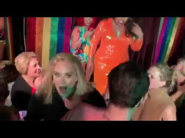 画像: Adele And Jennifer Lawrence Randomly Went To A Gay Bar In New York youtu.be