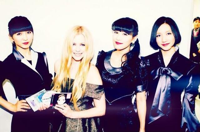 画像: 『ミュージックステーション』の舞台裏より、「パフュームと会えて超クール!」と公式アカウントでツイート。©Avril Lavigne/Twitter