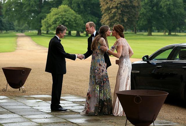 画像: ウィリアム王子夫妻とチャムリー侯爵夫妻。