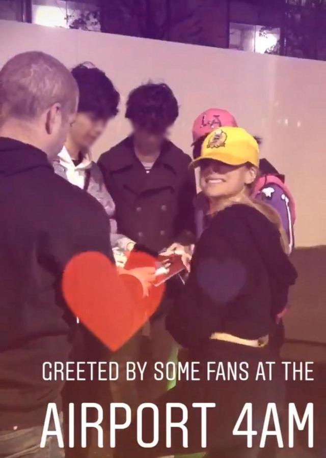 画像: 「朝の4時に空港でファンの出迎えを受けた」と、インスタグラムで明かしたアヴリル。