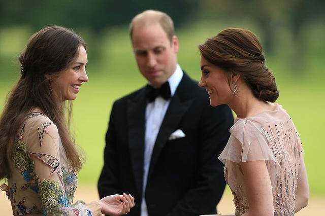 画像: チャリティイベントでローズと親し気に会話するキャサリン妃。