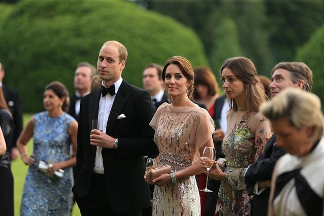 画像: キャサリン妃の手前に立つ女性がローズ。