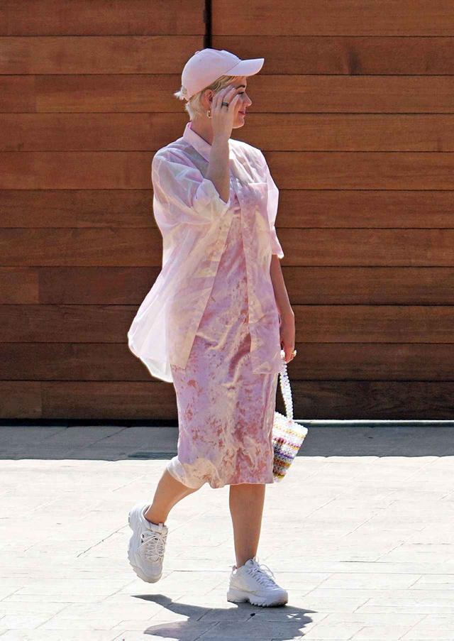 画像2: ケイティ・ペリーの私服、春ワンピと白スニーカーコーデがおしゃれ