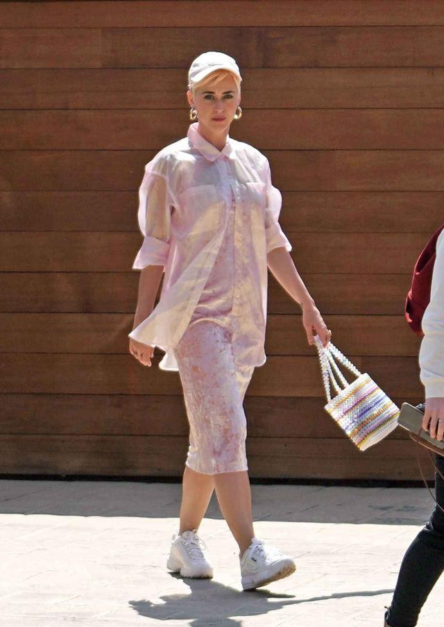 画像1: ケイティ・ペリーの私服、春ワンピと白スニーカーコーデがおしゃれ