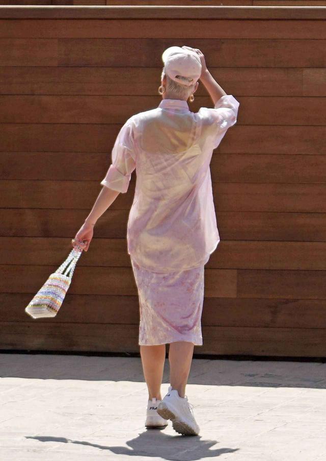 画像3: ケイティ・ペリーの私服、春ワンピと白スニーカーコーデがおしゃれ