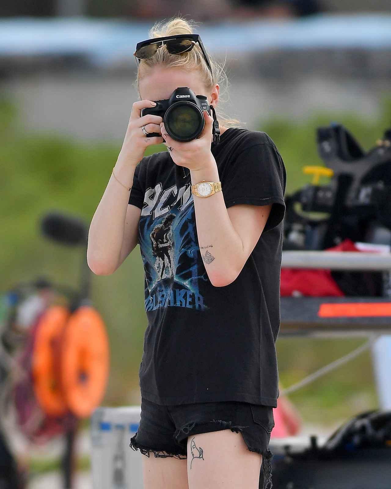 画像2: ソフィー・ターナー、撮影現場をパパラッチする人を逆パパラッチ