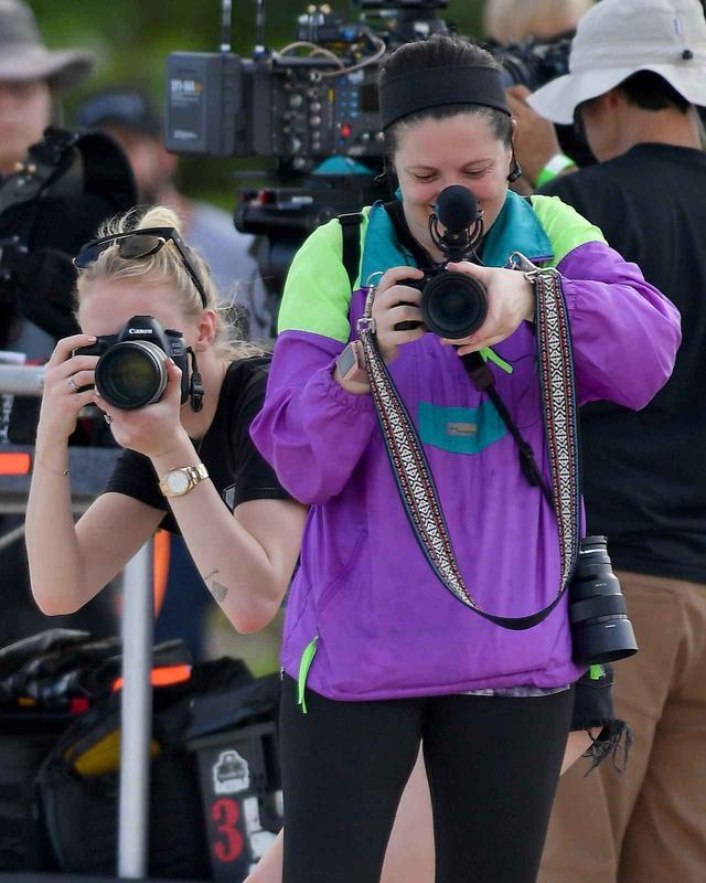 画像4: ソフィー・ターナー、撮影現場をパパラッチする人を逆パパラッチ