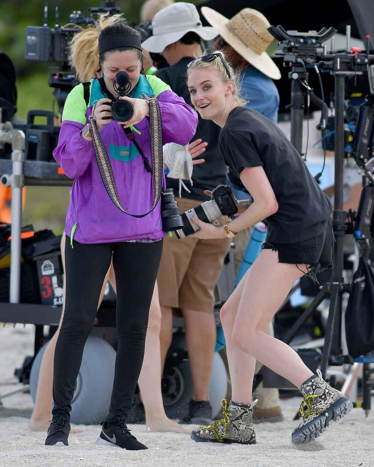 画像3: ソフィー・ターナー、撮影現場をパパラッチする人を逆パパラッチ