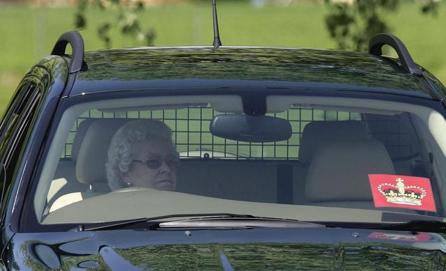 画像1: ワイルドな運転姿で有名なエリザベス女王、92歳でついに運転をやめる意向