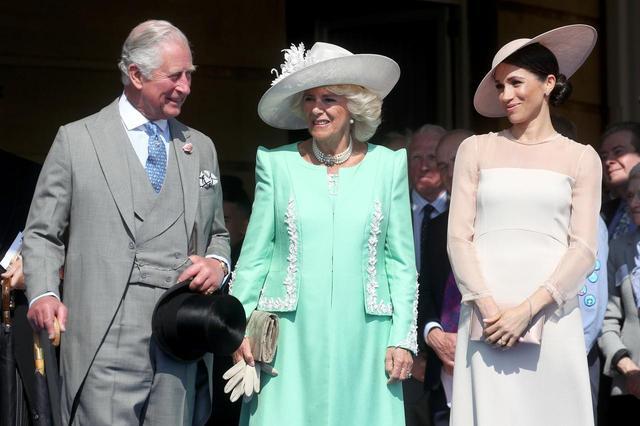 画像: 左からチャールズ皇太子、妻のカミラ夫人、メーガン妃。