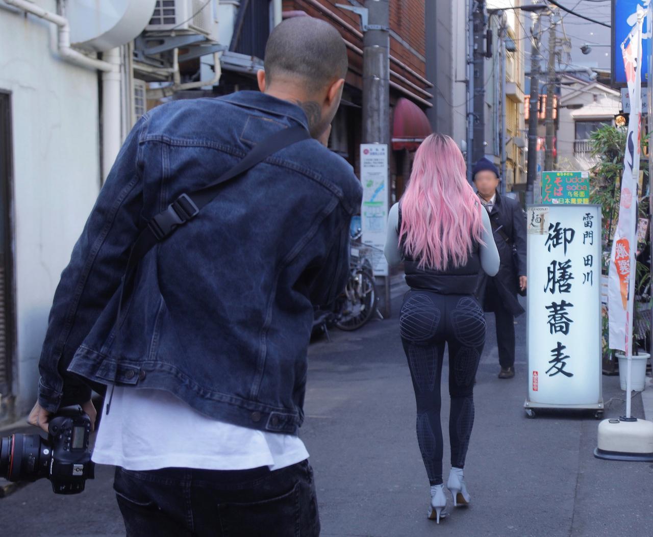 画像: 日本の裏路地を歩く姿をうしろからカメラマンに撮らせるキム・カーダシアン。