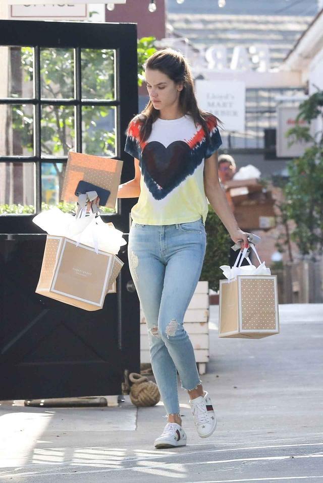 画像: アレッサンドラ・アンブロジオ、Tシャツをタイダイプリントで旬なスタイル