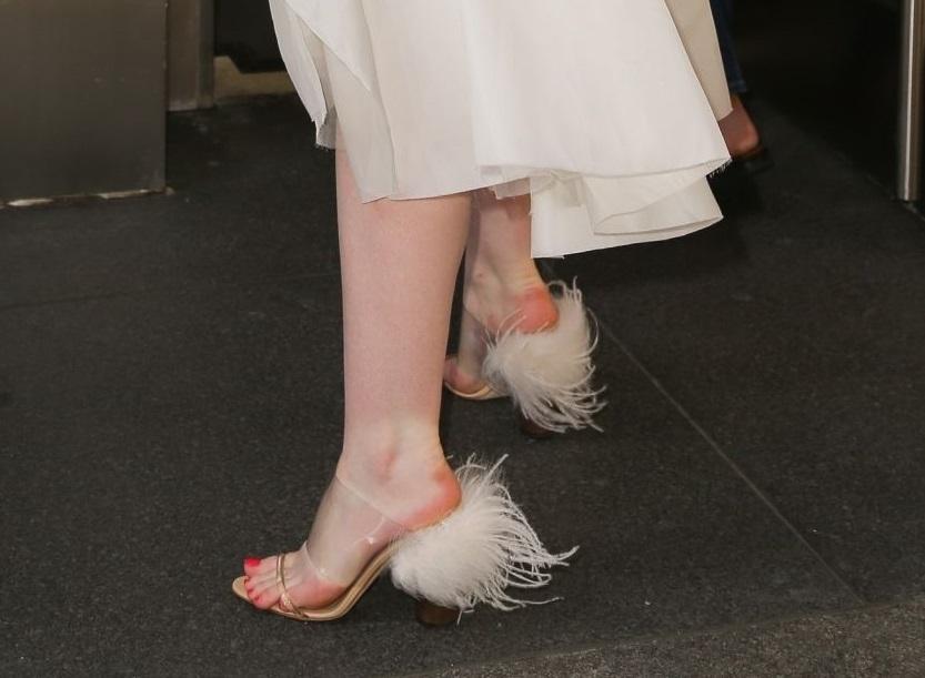 画像2: エル・ファニング、白ニットと白スカートコーデが妖精みたいな可愛さ♡