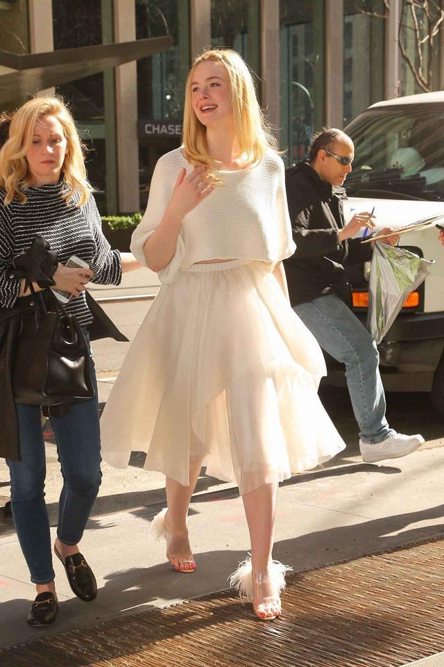 画像1: エル・ファニング、白ニットと白スカートコーデが妖精みたいな可愛さ♡