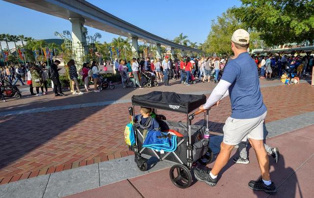 画像: ワゴンタイプのベビーカーは、とくに自閉症の子供に安全で静かな空間を与えてあげるのに最適なのだとか。