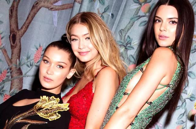 画像: ドレッシーなスタイルでパーティへ向かった旬なモデル3人組み。左から人気モデルのベラ・ハディッド、ジジ・ハディッド、ケンダル・ジェンナー。