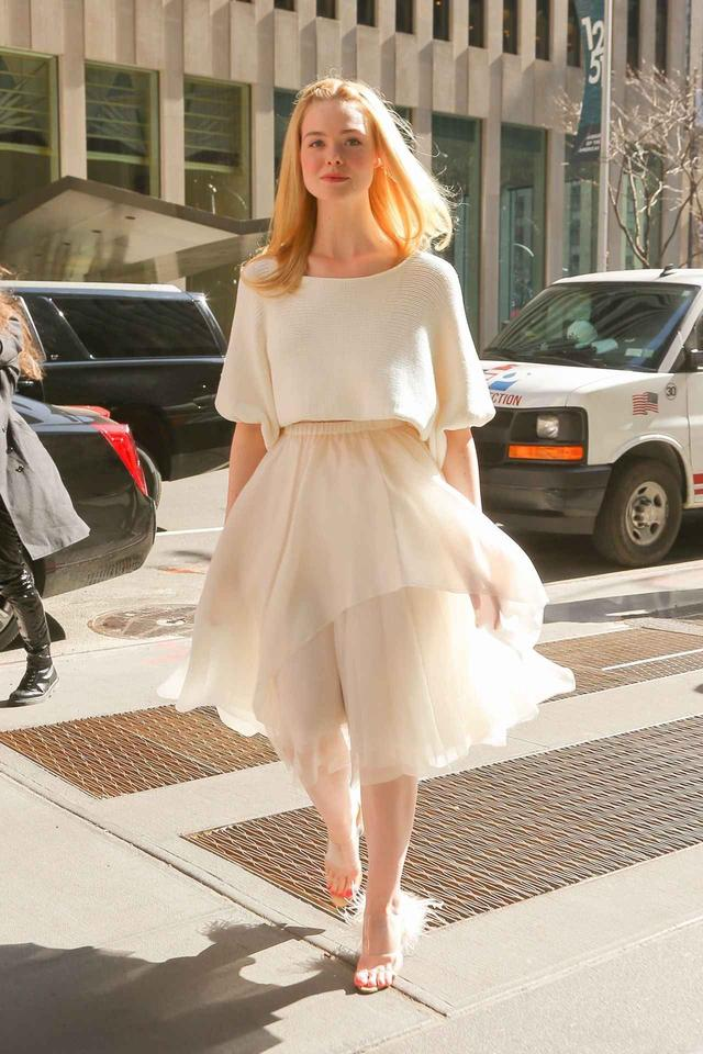 画像3: エル・ファニング、白ニットと白スカートコーデが妖精みたいな可愛さ♡