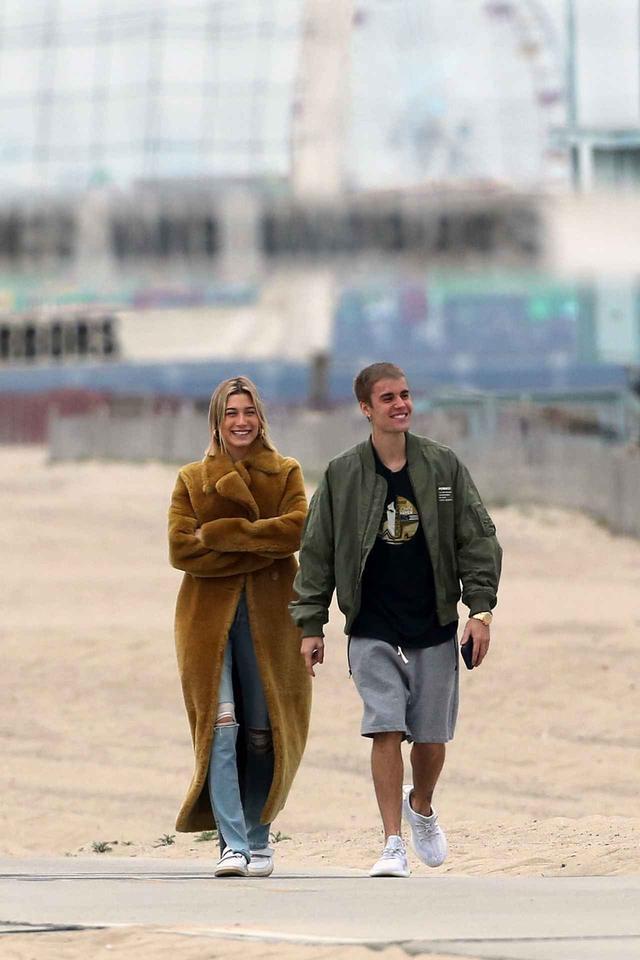 画像: 米カリフォルニア州ロサンゼルス市内からほど近いサンタモニカビーチを散策するジャスティン&ヘイリー。