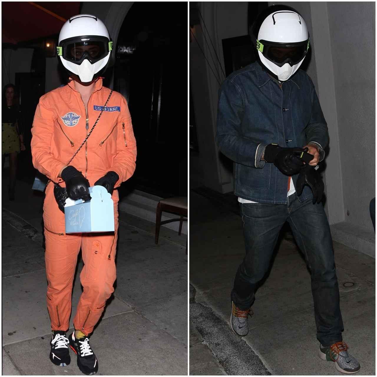 画像: ケイティはオレンジのジャンプスーツ、オーランドは上下デニムのカジュアルな服装だった。