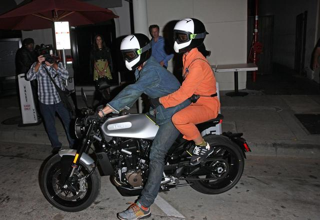 画像2: オーランドが運転するバイクに2人乗り