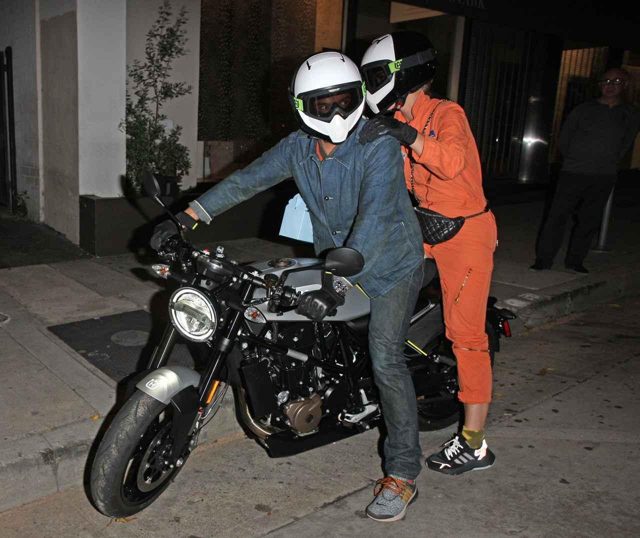 画像1: オーランドが運転するバイクに2人乗り