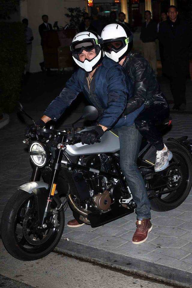 画像3: オーランドが運転するバイクに2人乗り