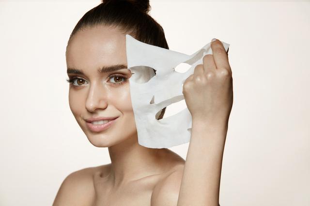 画像: シートマスクで肌を整える