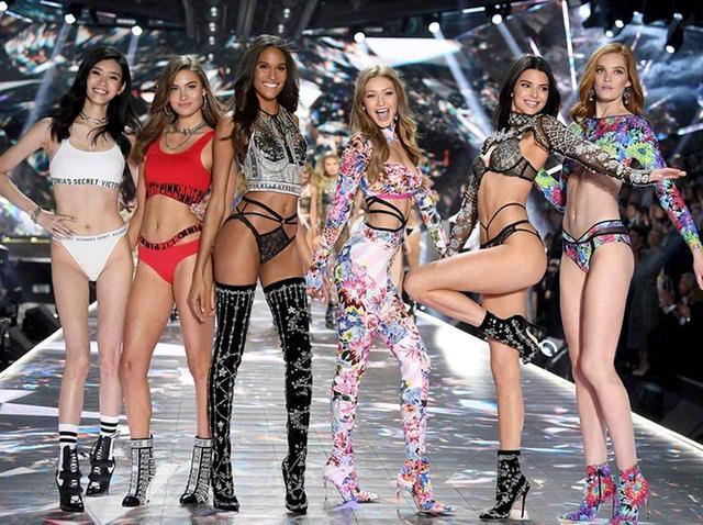 画像: グレース・エリザベス(左から2番目)ヴィクトリアズ・シークレット・ファッションショーにて
