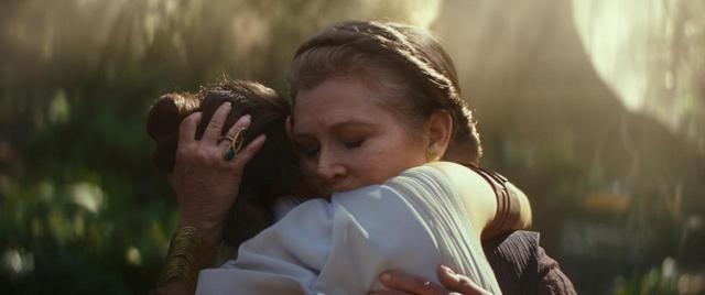 画像: レイと熱い抱擁を交わすキャリー演じるレイア姫。 www.youtube.com