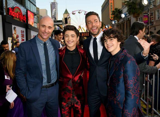 """画像: ディズニー・チャンネル出身のアッシャー・エンジェル(左から2番目)が少年ビリー役で、映画『IT/イット """"それ""""が見えたら、終わり。』のジャック・ディラン・グレイザー(右)がビリーの親友フレディ役で登場する。"""