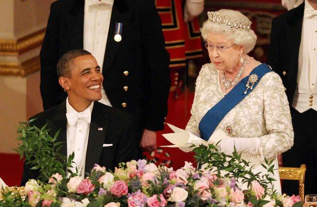 画像3: エリザベス女王のファッションに、いつもの「アレ」が足りない!隠れたメッセージとは?