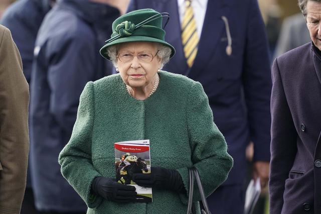 画像1: エリザベス女王のファッションに、いつもの「アレ」が足りない!隠れたメッセージとは?