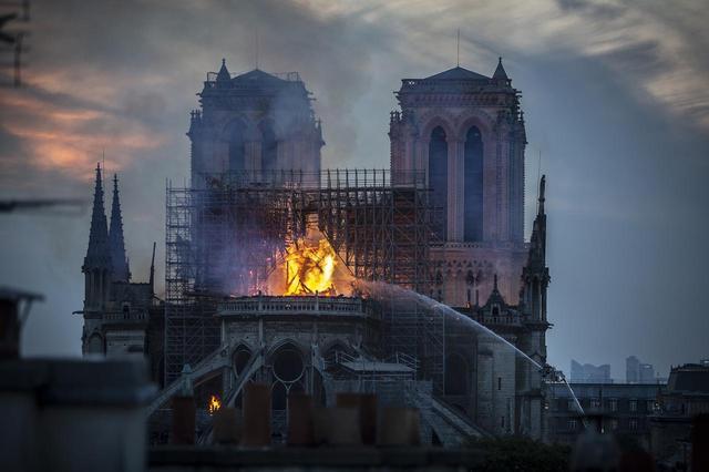 画像: 懸命に消火活動が行われているノートルダム大聖堂の様子。火災が起きた当時、ノートルダム大聖堂では今回の火災によって焼失した尖塔の修復工事が行われていた。
