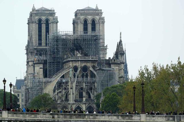 画像: 火が消し止められたあとのノートルダム大聖堂。幸い、この火災による崩落の危険性はないという。