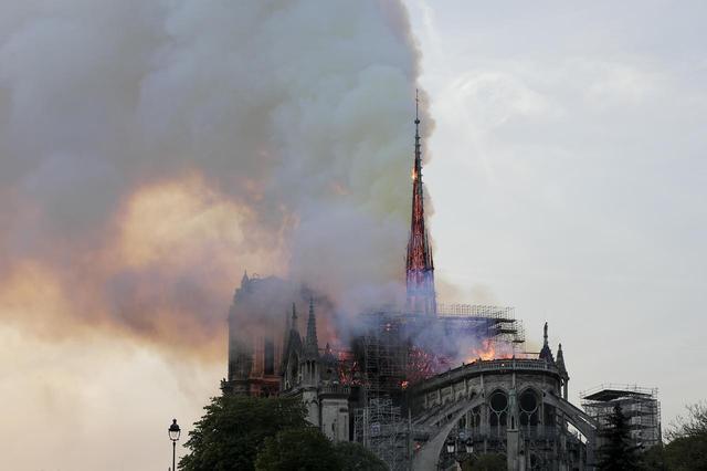 画像: 焼失する直前に撮られた尖塔の最後の姿。先端まで炎が上がっているのがわかる。