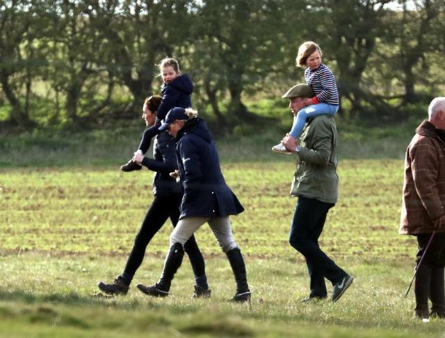画像: シャーロット王女を肩車するキャサリン妃。ウィリアム王子の肩にのっているのは、従姉のザラ・ティンダルの娘ミア・ティンダル。 twitter.com