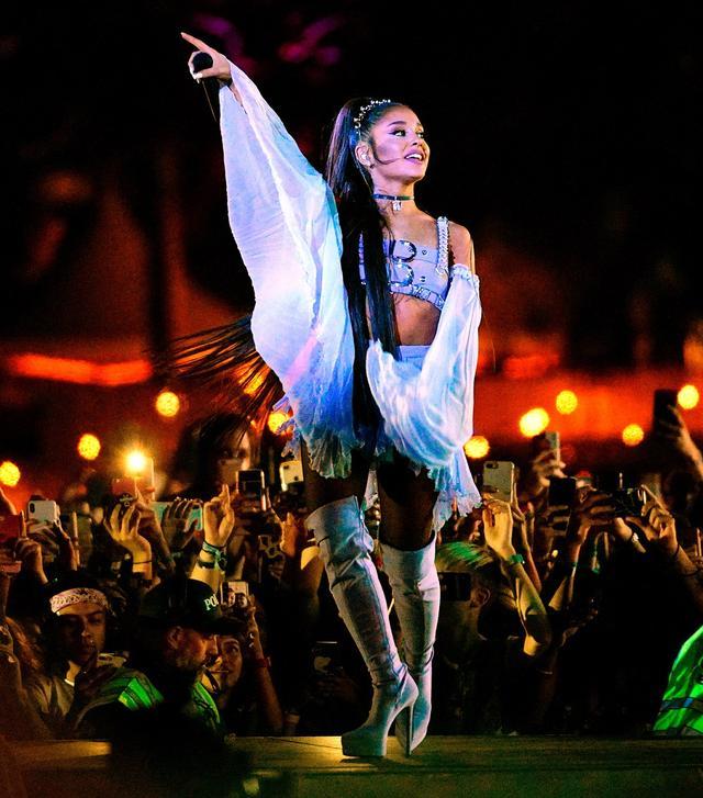 画像: コーチェラ・フェスティバルのステージに登場したアリアナ。