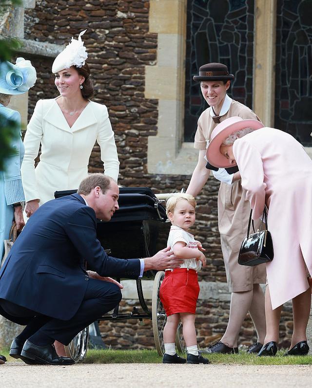 画像: ウィリアム王子&キャサリン妃夫妻の長男ジョージ王子、シャーロット王女、ルイ王子のナニーを務めているのは、乳幼児のケアと教育の専門家を養成するための名門校ノーランドカレッジの卒業生であるマリア・テレサ・トゥリオン・ボラロという女性。ベージュのワンピースにNと刺繍の入った帽子という制服姿がよく見かけられている。