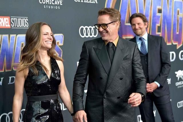 画像: ロバート・ダウニー・Jrと妻のスーザン・ダウニー。ロバートの背後にいるのは、『ガーディアンズ・オブ・ギャラクシー』シリーズでおなじみのロケットの声を担当する俳優のブラッドリー・クーパー。