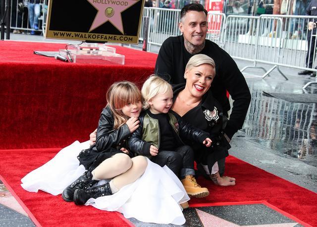 画像: ハリウッドの殿堂入りを果たした際、「Walk of Fame(ウォーク・オブ・フェイム)」の星形の授与式に長女ウィローちゃんと長男ジェイムソンくん、そして夫で元モトクロスレーサーのケアリー・ハートを同伴したピンク。