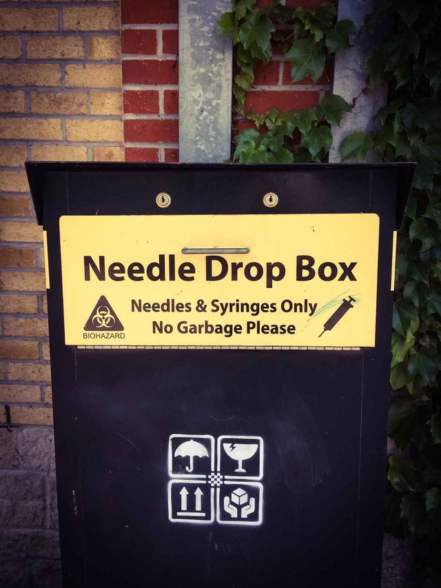 画像: カナダの街中に設置されている注射針専用のゴミ箱。