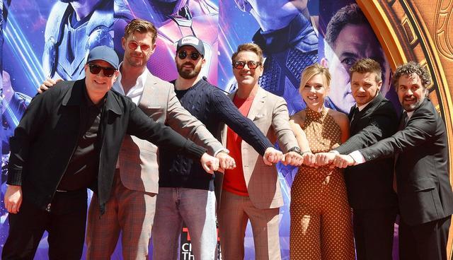 画像: メインキャスト6人が集結した米チャイニーズ・シアターでの手形押しセレモニーにて。左から:マーベル・スタジオ社長のケヴィン・ファイギ、ソー役のクリス・ヘムズワース、キャプテン・アメリカ役のクリス・エヴァンス、アイアンマン役のロバート・ダウニー・Jr、ブラックウィドウ役のスカーレット・ヨハンソン、ホークアイ役のジェレミー・レナ―、ハルク役のマーク・ラファロ。